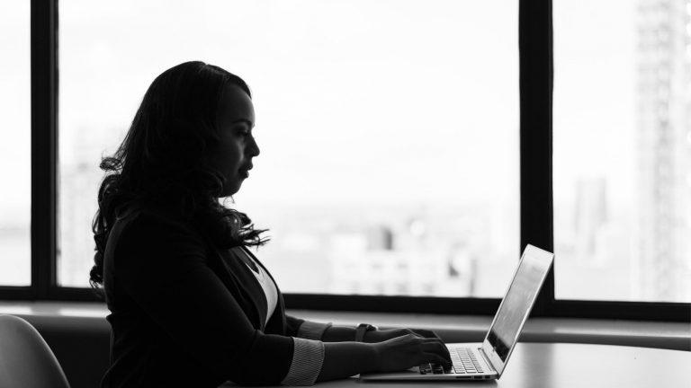 אשת עסקים - שירותים פיננסיים