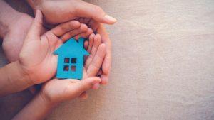 ידיים מחזיקות בית - ביטוח דירה