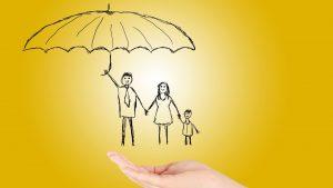 איור משפחה תחת מטרייה - ביטוח חיים