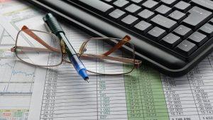 שולחן עבודה עם מחשב וטבלה – תכנון פנסיוני