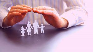 ידיים מגינות על משפחה - ביטוח סיכוני גוף ונפש