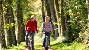 זוג על אופניים - תכנון פרישה לשכירים ולעצמאים